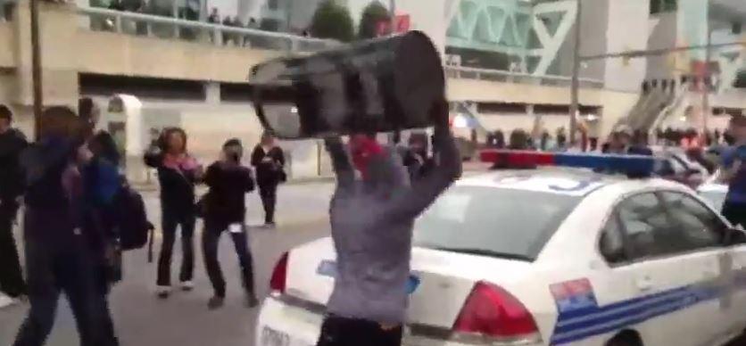 Baltimora in piena anarchia dopo gli scontri razziali. Coprifuoco per una settimana