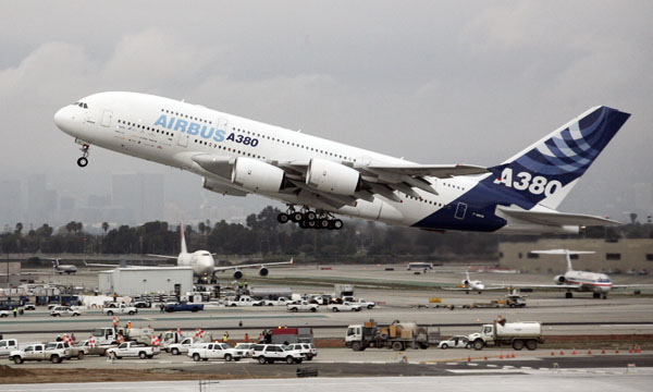 An Airbus A380 aircraft, the world's largest passenger plane, takes off from Los Angeles International Airport March 20, 2007, on its return flight back to France after making its first USA west coast touchdown on Monday.   REUTERS/Gene Blevins  (UNITED STATES) - RTR1NPK4