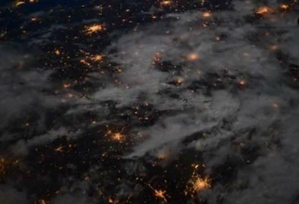 Dal cielo, nella notte, le luci delle città dalle Alpi alla Polonia- Video