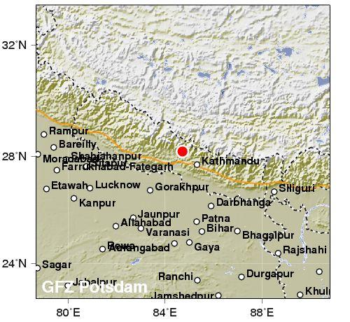 Impossibile avere già notizie sui danni del terremoto, 7,7, in Nepal. Case danneggiate