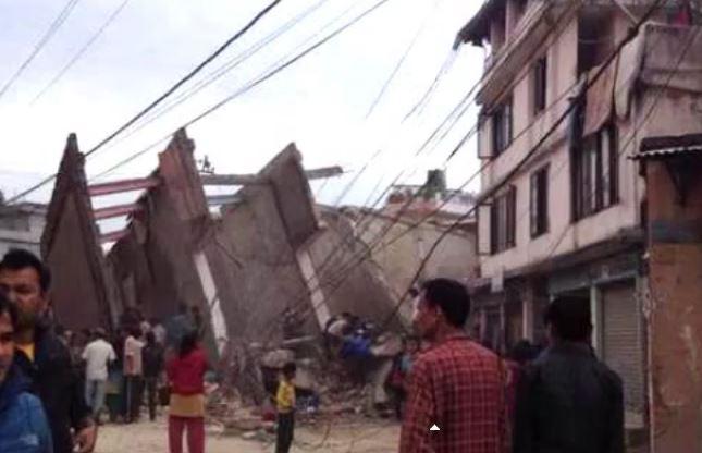Continuano le scosse in un Nepal devastato. Raccolti già quasi 2000 corpi
