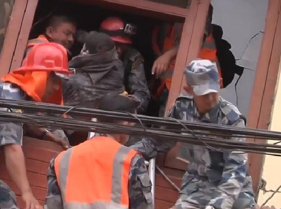 Centinaia di migliaia di persone senza ripari dopo il terremoto. Caos completo in Nepal