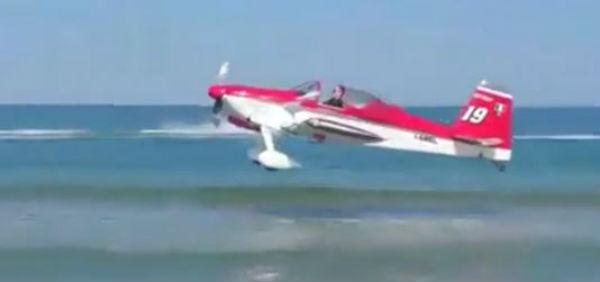 Scontro tra aerei di una pattuglia acrobatica sulla costa dell'Adriatico. Muore un pilota. L'altro si salva