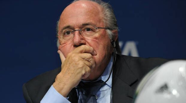 Alla fine, Blatter getta la spugna e annuncia le dimissioni. Colpa di una mail di troppo su 10 milioni di $