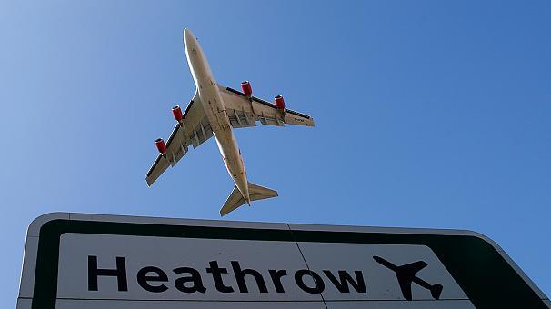 Clamoroso: due clandestini volano dal Sud Africa a Londra attaccati al carrello di un Jet.