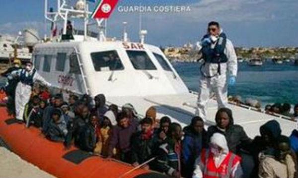 In migliaia sul Mediterraneo, in attesa che l'Europa si decida sui migranti