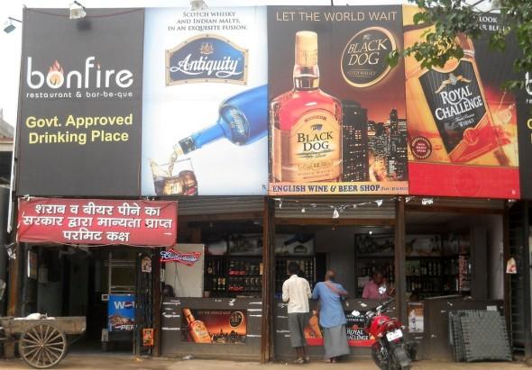 India: saliti a 90 i morti a Mumbai per aver bevuto bevanda alcolica intossicata