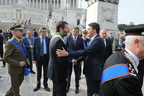 Marino risponde a Renzi per le rime: io resto