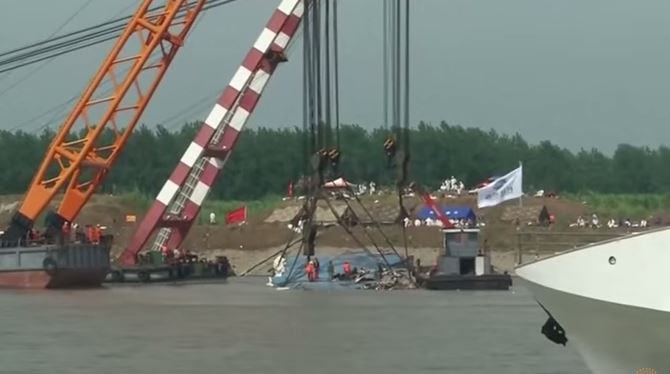 Nave rovesciata sullo Yangtze: ritrovati solo 331 corpi. Ancora 100 gli scomparsi