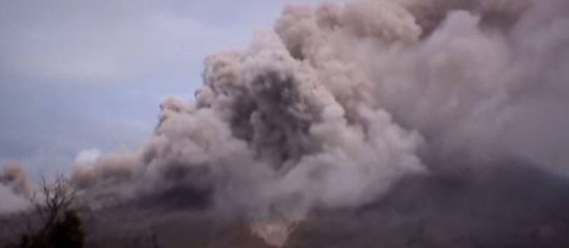 Due vulcani in eruzione fanno chiudere aeroporti indonesiani alla vigilia fine del Ramadan