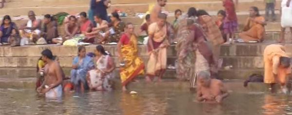 India: salito a 27 morti il bilancio della calca che ha travolto la folla sul fiume sacro