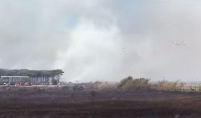 Ripresi i voli a Fiumicino dopo l'assedio di fiamme e fumo a due passi dalle piste. Origine dolosa