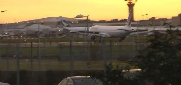 Contestatori bloccano una pista dell'aeroporto londinese di Heathrow. Bloccati i voli