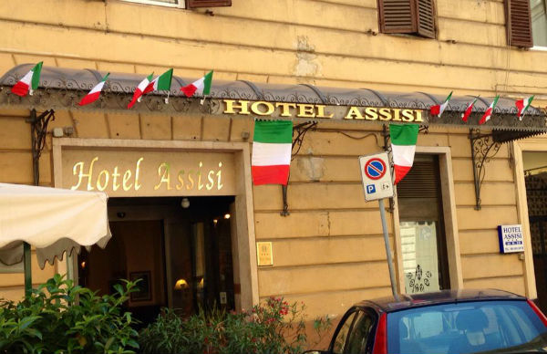 Hotel in fiamme a Roma vicino Stazione Termini. Fuga dei clienti