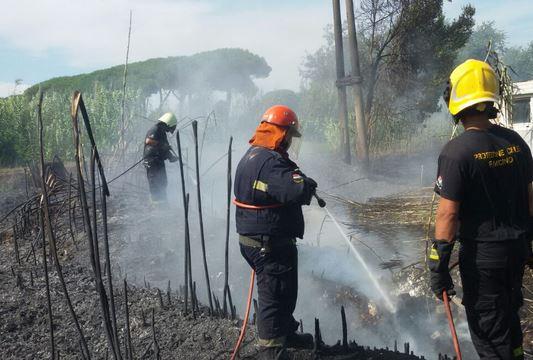 Piste di Fiumicino bloccate per l'incendio di sterpaglie attorno all'aeroporto. In fiamme anche pineta