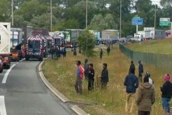 2.000 migranti tentano di entrare nel tunnel sotto la Manica per raggiungere il Regno Unito