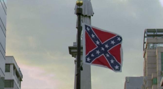 Via la bandiera dei razzisti del Sud della Carolina dopo la strage nella chiesa dei neri