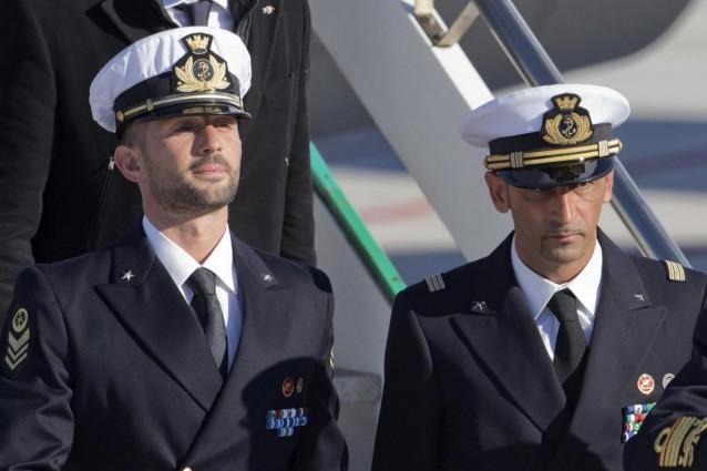 Caso marò: l'Arbitrato internazionale sospende tutte le iniziative in atto, ma non ordina il rilascio dei due italiani. Scontenti entrambi i paesi