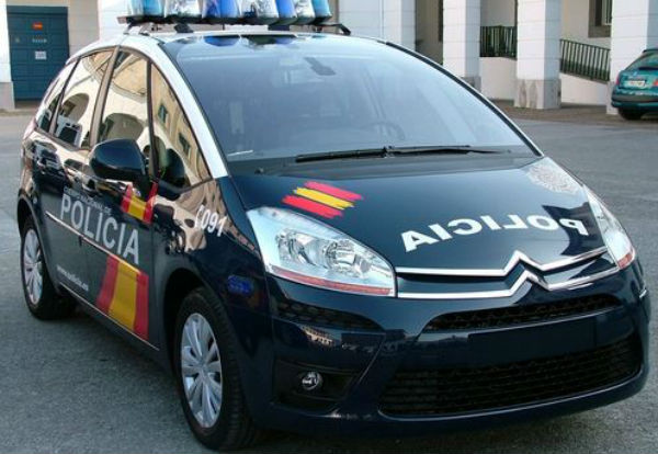 Spagna: multa di 800 euro per una foto su Facebook di auto della polizia ferma su posto disabili