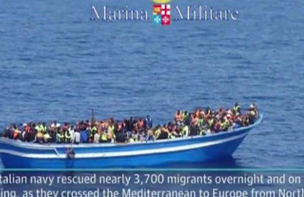 50 cadaveri su un barcone di migranti su cui in 400 erano ancora vivi.