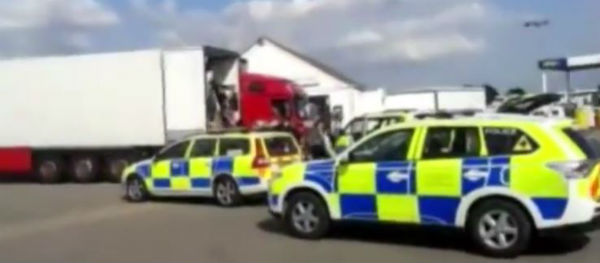 Inghilterra: rilasciato l'autista italiano. Non sapeva dei 27 clandestini saliti sul suo tir