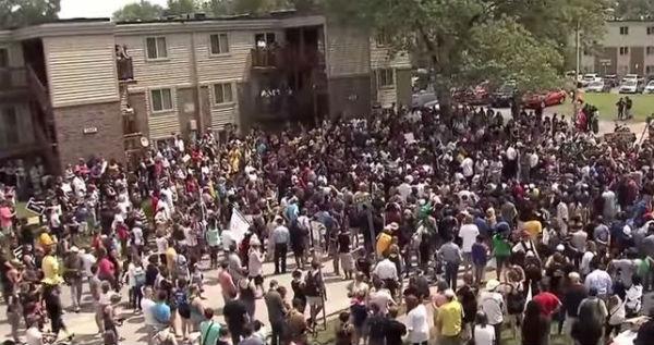 Usa : sparatorie a Ferguson durante le proteste per il ragazzo nero ucciso un anno fa dalla polizia