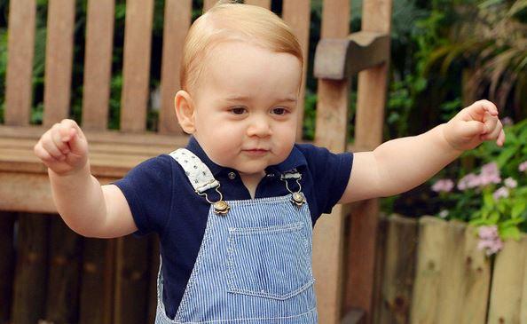 Buckingham Palace invita i paparazzi a non esagerare con i tentativi di fotografare il principino George. Ne fanno di tutti i colori