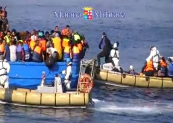 Funerali dei 49 migranti morti asfissiati nel barcone sovraccarico. Lutto cittadino a Catania