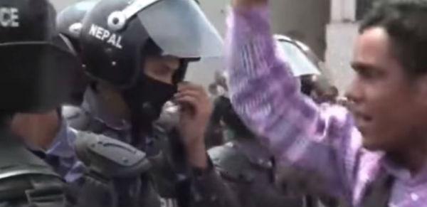 Nepal: 12 morti, tra cui un bambino, per le proteste contro la nuova Costituzione