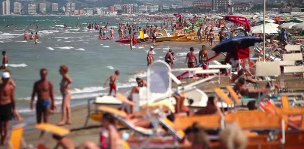 Tre giovani accoltellati sulla spiaggia di Riccione durante un concerto