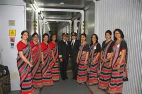Dopo la riduzione del peso dei bagagli, Air India lascia a terra 130 assistenti di volo: troppo grassi