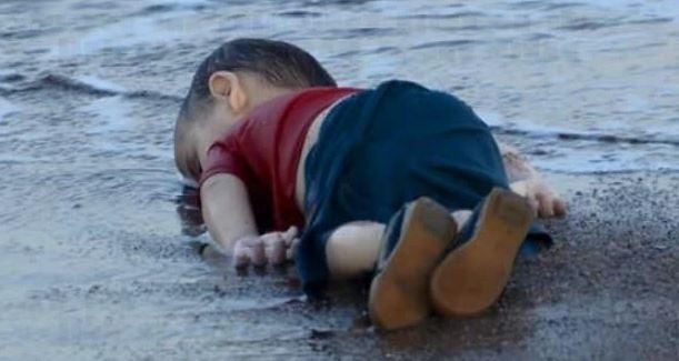 Il piccolo Aylan fuggiva la guerra e cercava di raggiungere il papà in Canada. Con lui morti la madre e il fratellino