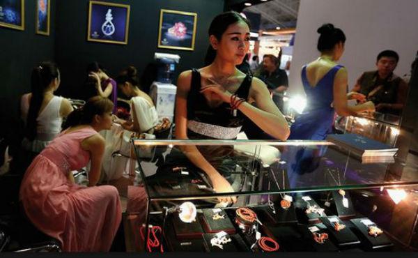 Thailandia: lei ruba e ingoia un diamante. La operano per estrarlo perché la purga non funziona