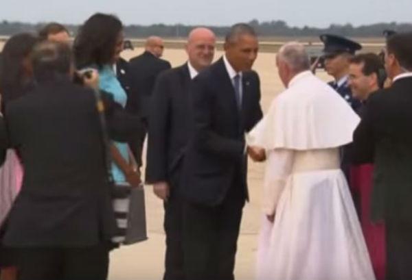 Il Papa accolto da Obama negli Usa. Scherza sul fatto di essere definito comunista