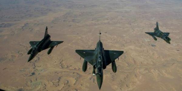 Renzi in disaccordo con i bombardamenti francesi in Siria. Politica estera europea allo sbando