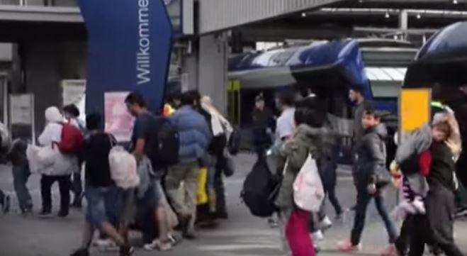 Il Papa vuole una famiglia di migranti in ogni parrocchia. Gli austriaci li trasportano in macchina. Regno Unito pensa alla guerra