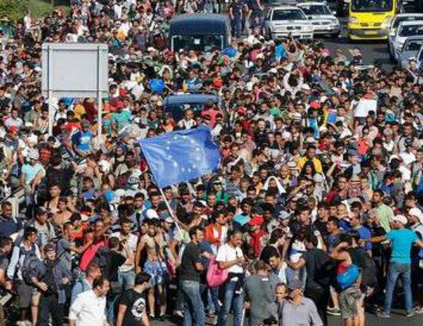 """Migranti: in migliaia raggiungono Germania e Austria. Aperte le frontiere per """"motivi umanitari"""""""