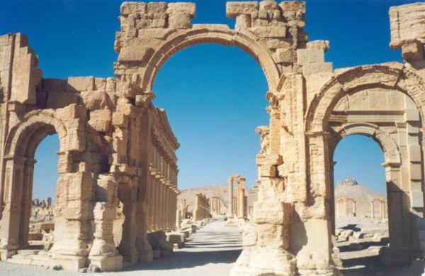 Siria: nuovo crimine Isis a Palmyra. Tre prigionieri fatti saltare in aria legati alle colonne romane