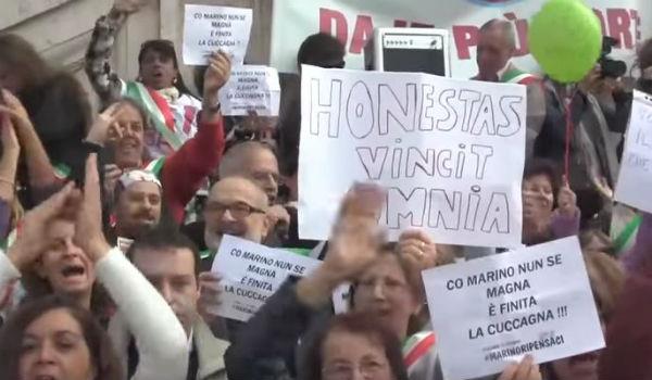 Marino ci ripensa? Folla al Campidoglio per lui contro Renzi e il Pd