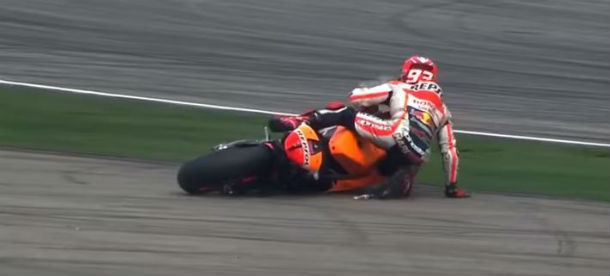 Valentino Rossi butta al vento il titolo per uno scatto d'ira. Lui sostiene di non avere colpa