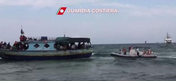 Migranti: l'Europa lancia l'operazione militare Sophia contro scafisti e trafficanti di uomini