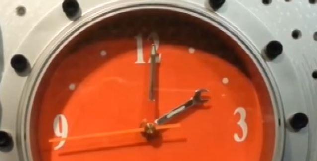 Spostare gli orologi di un'ora indietro. Torna l'ora solare