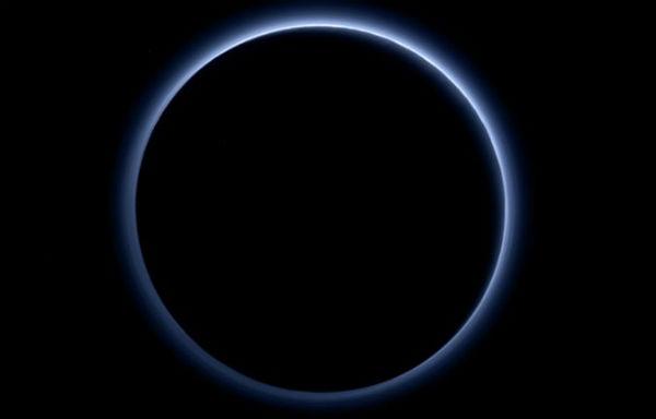 Nasa : Plutone ha il cielo blu e sulla superficie c'è acqua ghiacciata