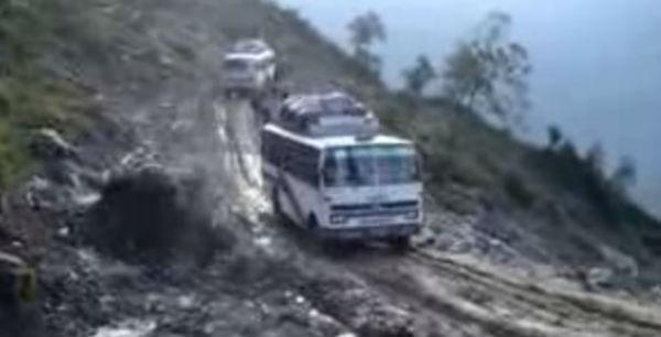 Nepal: 30 morti in autobus sovraffollato fuori strada in montagna