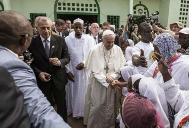 Francesco lascia l'Africa salutando i musulmani: diciamo no all'odio e alla violenza in nome di Dio