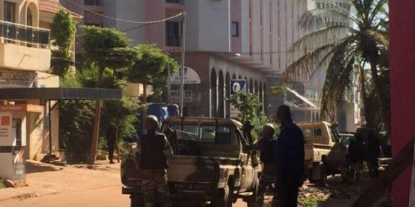 Mali: polizia irrompe nell'albergo preso dagli islamisti. Liberati 30 ostaggi. Altri 130 ancora no