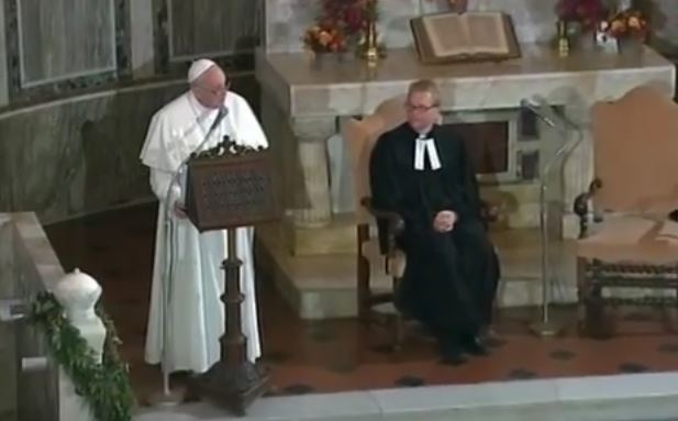 Papa Francesco abbraccia i luterani di Roma: perdoniamoci e mettiamoci al servizio dei poveri