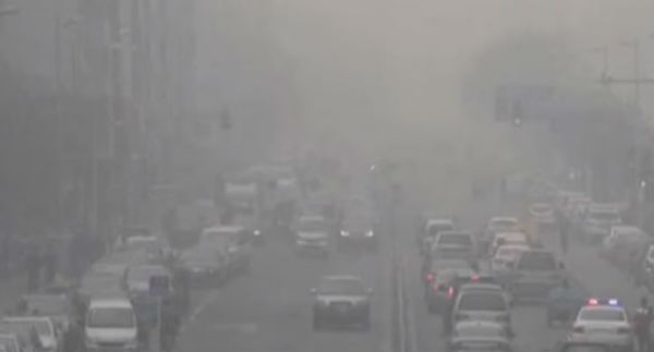 Smog in città: guerra al traffico. Si scatena la politica