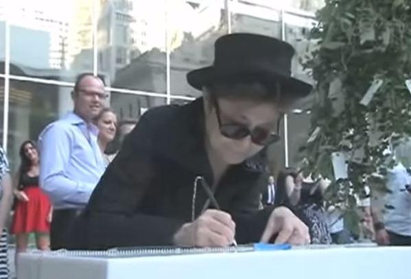 Yoko Ono in ospedale. Influenza o infarto?