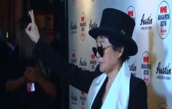 Yoko Ono esce dall'ospedale dopo ricovero d'urgenza